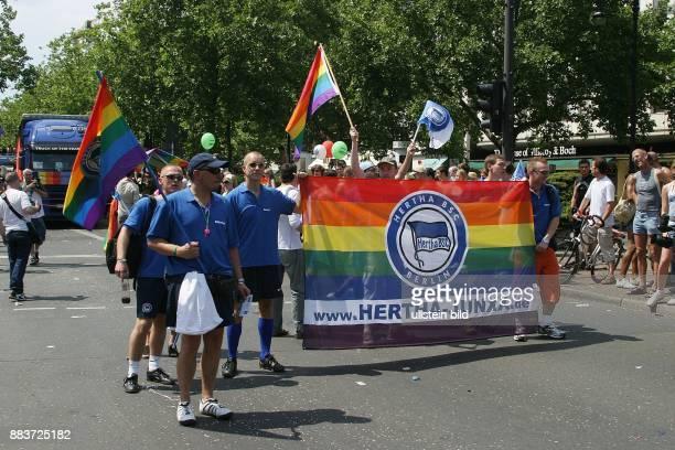 Deutschland Berlin Mit dabei die Hertha Junxx vom schwulen Fanclub des Fussballvereins Hertha BSC