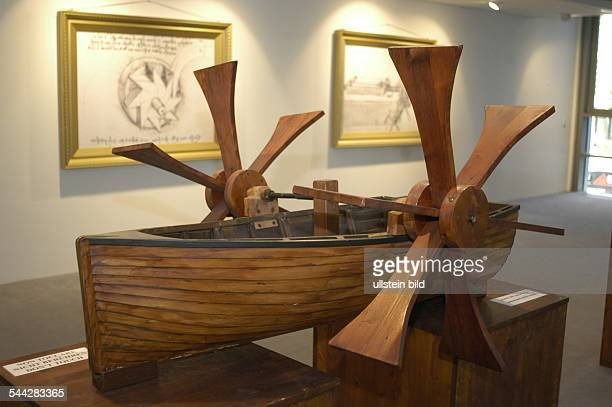 Deutschland Berlin Art Center Berlin in der Friedrichsstrasse zeigt die Ausstellung 'Leonardo da Vinci' Modell eines Bootes mit Schaufelradantrieb...