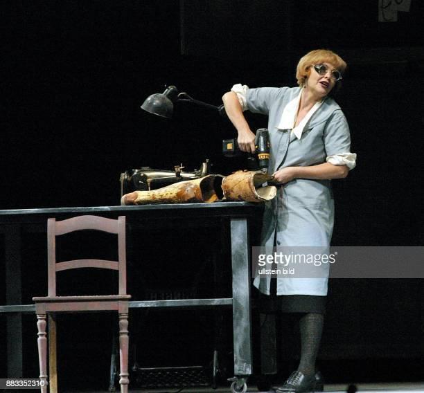 """Deutschland , Berlin, - Aufführung """"Die Dreigroschenoper"""" von Brecht / Weill mit Kathrin Sass als MRS PEACHUM im Admiralspalast. Regie Klaus Maria..."""