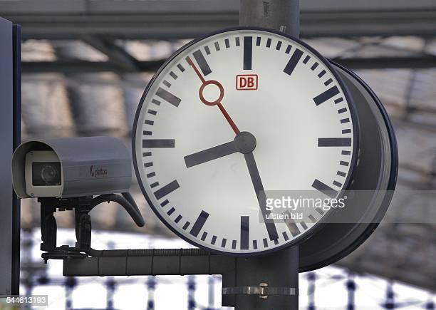 Deutschland Berlin Bahnhofsuhr und Videoueberwachung am Berliner Hauptbahnhof