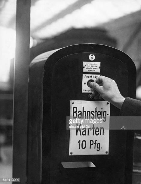 Deutschland Berlin BahnsteigkartenAutomat auf einem Berliner Bahnhof 1936Foto Curt Ullmann