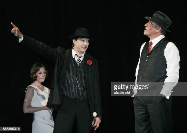 Deutschland Berlin Birgit Minichmayr als POLLY Michael Kind als TIGER BROWN und Campino als MACKIE MESSER bei einer Probe zur Dreigroschenoper...