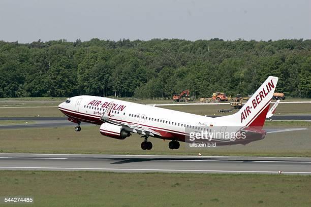 Deutschland , Berlin - Boeing 737 - 800 der der Fluggesellschaft Air Berlin beim Start auf dem Flughafen Berlin-Tegel
