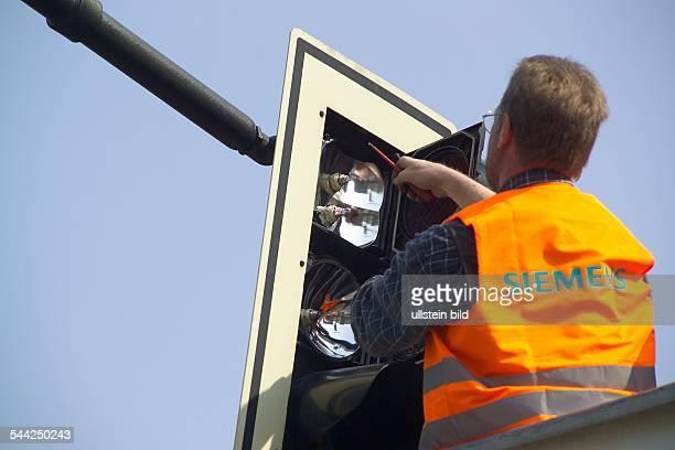 Deutschland Berlin CharlottenburgEin Mitarbeiter der Firma Siemens wartet und reinigt eine Ampel am Kurfürstendamm/Ecke Joachimsthaler Straße