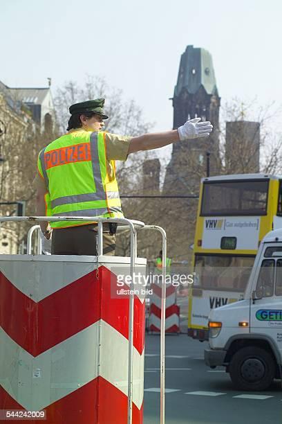 Deutschland, Berlin - CharlottenburgPolizei regelt den Straßenverkehr am Kurfürstendamm/Ecke Joachimsthaler Straße.