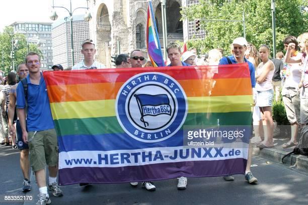 Deutschland Berlin CSD Christopher Street Day Teilnehmer der Fangemeinschaft Hertha Junxx auf dem Kurfürstendamm
