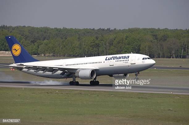 Deutschland Berlin Der Arbus A300600 'Nördlingen' der Lufthansa bei der Landung in BerlinTegel