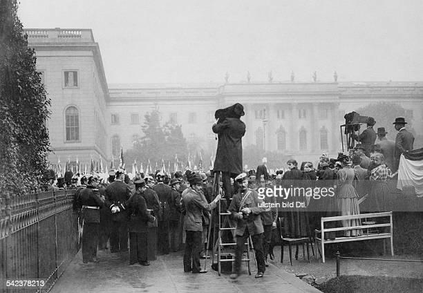 Deutschland Berlin Fahnenweihe Unter den Linden hinten die HumboldtUniversität um 1897