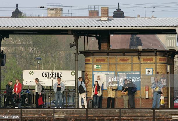 Deutschland Berlin Fahrgaeste der SBahn warten auf einem Bahnsteig am SBahnhof Ostkreuz in Berlin