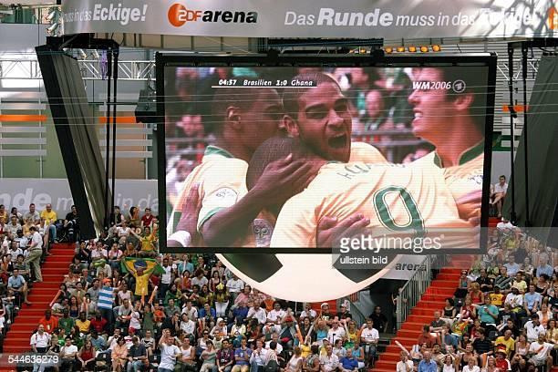 Deutschland , Berlin - FIFA Fussball WM 2006; Live-Übertragung des Spiels Brasilien:Ghana auf der Grossbildleinwand im Sony Center am Potsdamer Platz