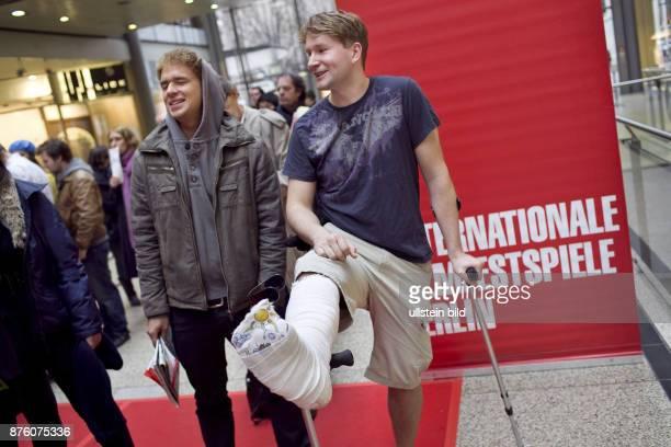 DEU Deutschland Berlin Filminteressierte warten in den Potsdamer Platz Arkaden um Tickets zum Besuch der Berlinale Filme zu kaufen