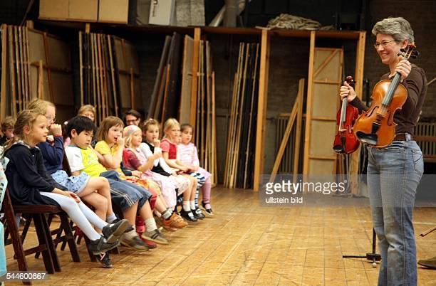 Deutschland Berlin Klassik is' Cool an der Deutsche Oper Instrumentenvorstellung fuer die Kitas am Lietzensee und die DroysenMaeuse Geige wird...