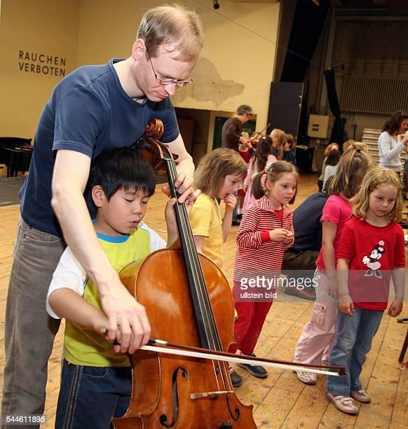 Deutschland Berlin Klassik is' Cool an der Deutsche Oper Instrumentenvorstellung fuer die Kitas am Lietzensee und die DroysenMaeuse Kinder spielen...