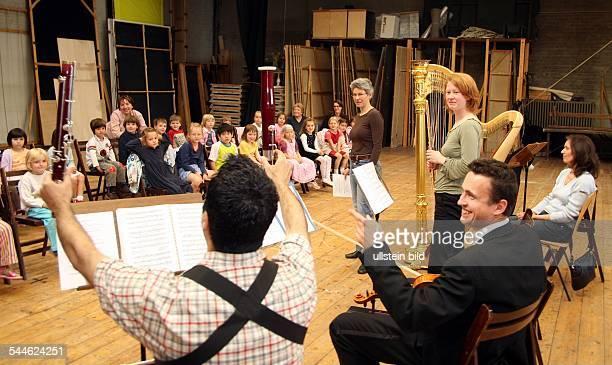 Deutschland Berlin Klassik is' Cool an der Deutsche Oper Instrumentenvorstellung fuer die Kitas am Lietzensee und die DroysenMaeuse Flötistin stellt...