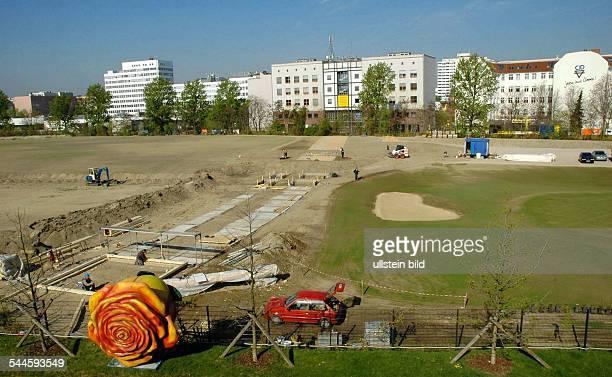 Deutschland Berlin Kreuzberg Brachflaeche am Gleisdreieck wird als Parkanlage mit Rasenflaeche kultiviert