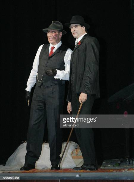 Deutschland Berlin Michael Kind als TIGER BROWN und Campino als MACKIE MESSER bei einer Probe zur Dreigroschenoper Bertolt Brecht / Kurt Weill im...