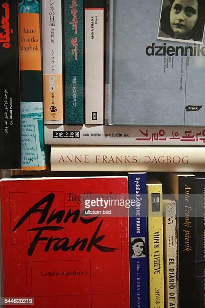 Deutschland Berlin Mitte Ausstellung 'Anne Frank hier heute' im Anne Frank Zentrum verschiedene Ausgaben des Tagebuchs in unterschiedlichen Sprachen