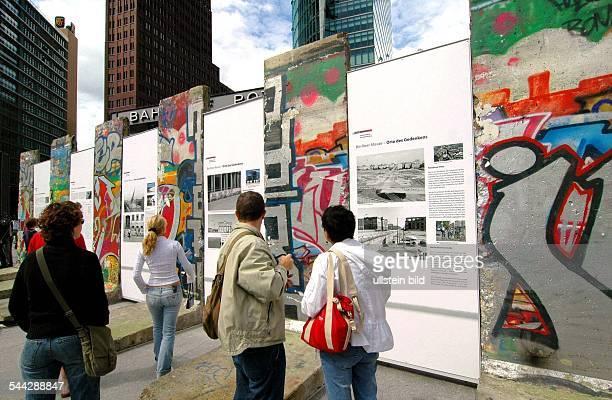 Deutschland Berlin Mitte Ausstellung 'BERLINER MAUER ORT DES GEDENKENS' Berliner Mauersegmente am Potsdamer Platz Die Mauerteile sind ein Geschenk...
