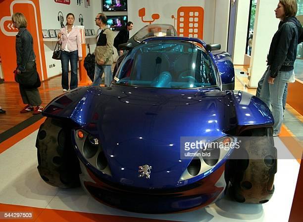 Deutschland Berlin Mitte Autoausstellung in der Markenrepraesentanz Peugeot Avenue Berlin Unter den Linden Gelaendewagen mit Elektromotor