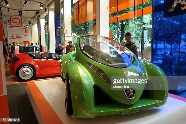 Deutschland Berlin Mitte Autoausstellung in der Markenrepraesentanz Peugeot Avenue Berlin Unter den Linden