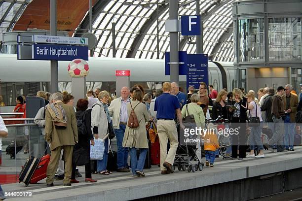 Deutschland Berlin Mitte Bahnreisende auf dem vollen Bahnsteig im Berliner Hauptbahnhof