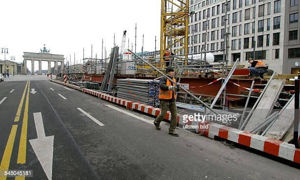 Deutschland Berlin Mitte Bau der U55 auf der Mittelpromenade Unter den Linden Die BVG hat damit begonnen ihre Grossbaustelle des kuenftigenUBahnhofs...