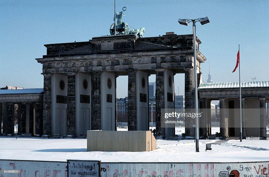 Deutschland, Berlin, Mitte, Brandenburger Tor und Mauer Westseite : Nachrichtenfoto