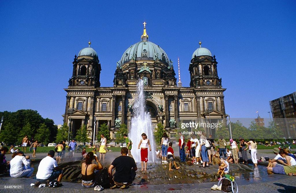 Deutschland, Berlin   Mitte   Brunnen Im Lustgarten, Dahinter Der Berliner  Dom