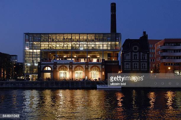 das ehemalige denkmalgeschützte Pumpwerk an der Holzmarktstrasse nach dem Umbau zum Bühnenhaus 'Radialsystem V' in dem sich Veranstaltungshallen ein...