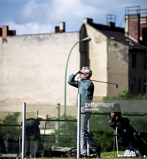 Deutschland Berlin Mitte Ein Golfspieler auf dem Golfplatz an der Chausseestrasse