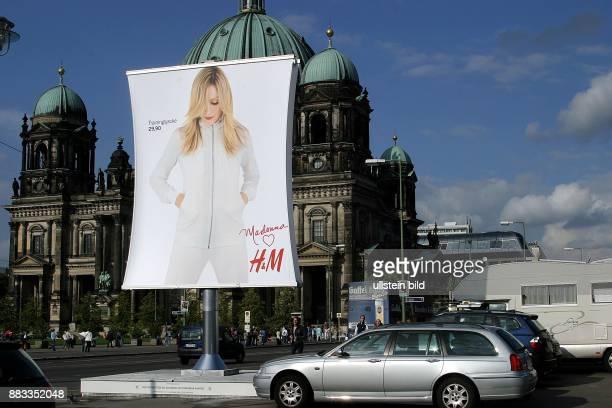 Deutschland Berlin Mitte Popsaengerin Madonna auf einem Werbeplakat der Modekette HM wirbt fuer einen Trainingsanzug der fuer sie kreiert wurde Im...