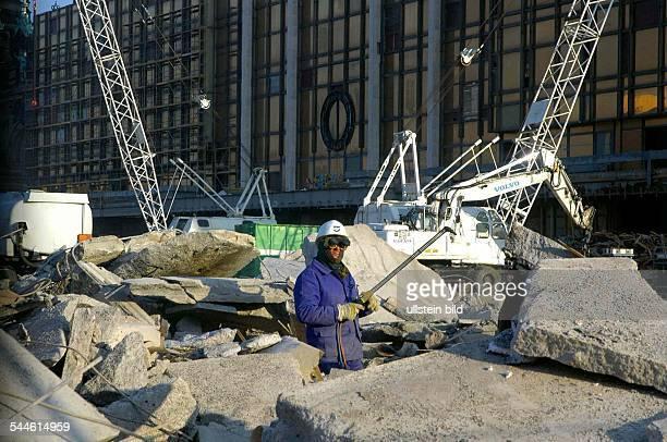 Rückbau und Abriss des Palastes der Republik der erste BetonSchutt wird vor dem Abtransport auf dem Schlossplatz zwischengelagert und...