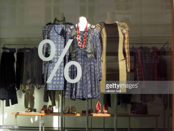 Deutschland Berlin Mitte Reduzierte Kleidung in der Boutique 'Wunderkind'
