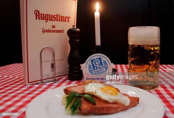 Deutschland Berlin Mitte Restaurant 'Augustiner am Gendarmenmarkt' von Grossgastronom Josef Laggner Leberkaese mit Spiegelei und Kartoffelsalat und...