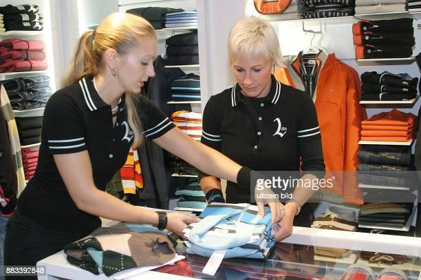 Deutschland Berlin Mitte Shoperoeffnung von LACOSTE in der Muenzstrasse Verkauferinnen