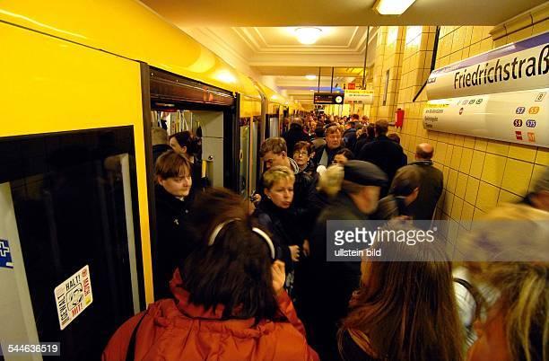Deutschland Berlin Mitte UBahnhof FriedrichstrasseLinie U6 Gedraenge im Berufsverkehr