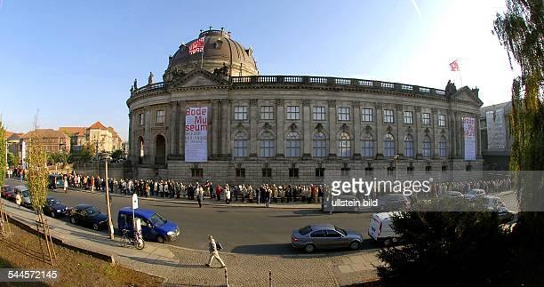 Deutschland Berlin Mitte Warteschlange vor dem neu eroeffneten Bodemuseum