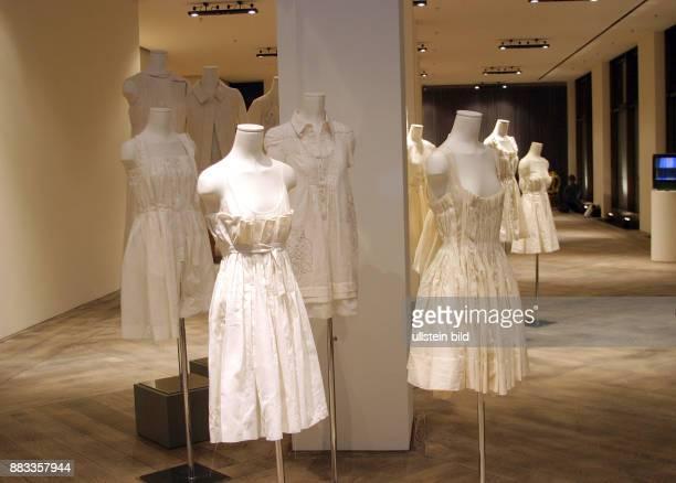 Deutschland Berlin Mitte Weisse Kleidung an Schaufensterpuppen in der Boutique 'Wunderkind' am Tag ihrer Eroeffnung