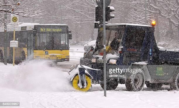 Deutschland, Berlin - Mitte, Wetter, Schneefall, Schneeraeumung an der Altonaer Strasse im Tiergarten, Raeumfahrzeug raeumt den Gehweg und die...