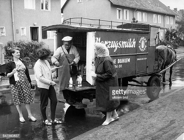 mobiler Milchmann bietet Vorzugsmilch auf der Strasse an