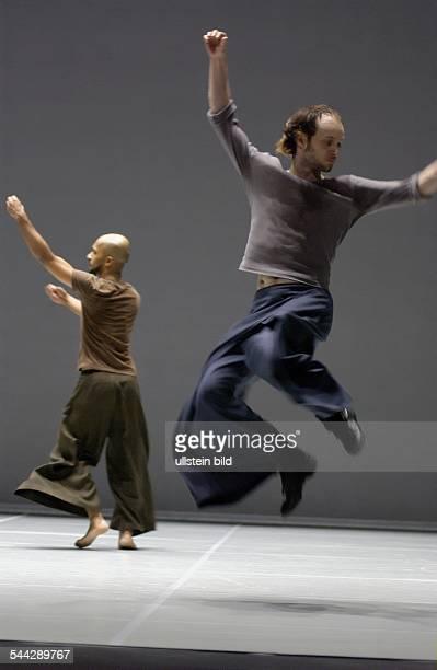 Hebbel am Ufer / HAU 1 Berlin Titel Zero Degrees Company Akram Khan Company Les Ballets C de la B Idee Ausfuehrung Akram Khan Sidi Larbi Premiere 03...
