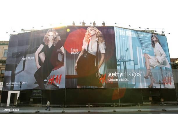 Deutschland Berlin Popstar Madonna wirbt fuer die Bekleidungskette HENNES u MAURITZ HM auf einem Riesenplakat Unter den Linden