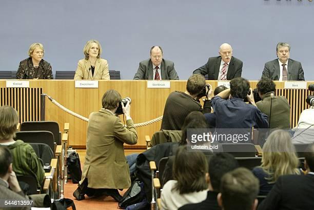 Deutschland Berlin Pressekonferenz der SPD zur Familienpolitik vlnr Nicolette Kressl stellvertretende SPDVorsitzende Baerbel Dieckmann...