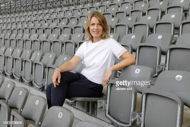 Deutschland Berlin RBB Fototermin mit SportschauModeratorin Jessy Wellmer