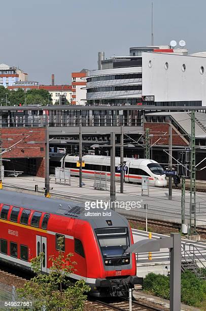 Deutschland Berlin Regionalexpreß und ICE auf dem Bahnhof Gesundbrunnen