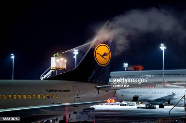 Deutschland Berlin Reinickendorf Flughafen Tegel Flugzeug Typ Boeing 737300 der Fluggesellschaft Lufthansa wird vor dem Start von dem Dienstleister...