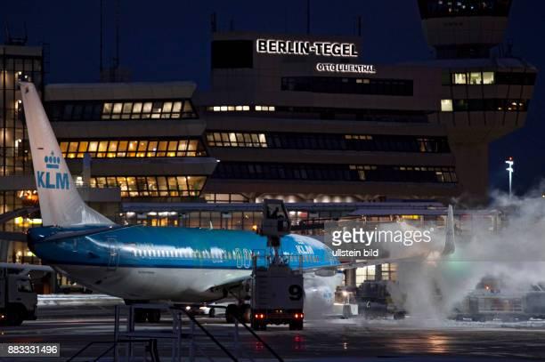 Deutschland Berlin Reinickendorf Flughafen Tegel Flugzeug Typ Boeing 737 der niederlaendischen Fluggesellschaft KLM Royal Dutch Airlines wird vor dem...