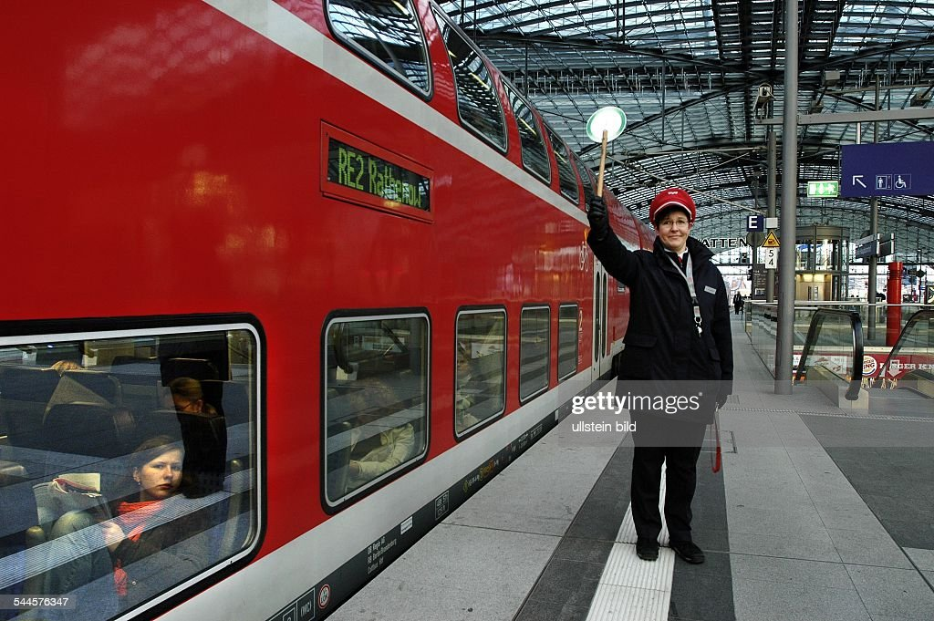 Berlin - Hauptbahnhof, Schaffner : News Photo