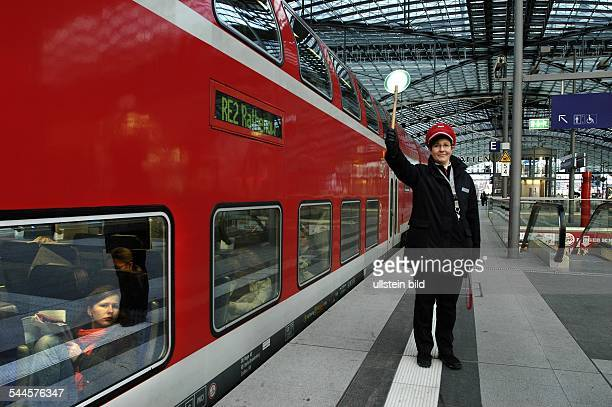 Deutschland Berlin Schaffnerin steht auf dem Bahnsteig des Hauptbahnhofes