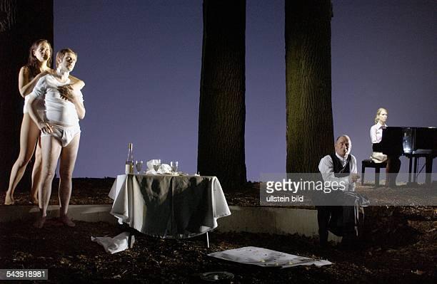 Deutschland Berlin Schaubuehne Szene aus dem Theaterstück Eldorado Autor Marius von Mayenburg Regie Thomas Ostermeier Buehne Jan Pappelbaum UA 11...